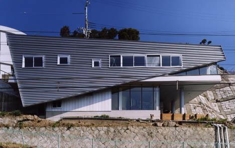 cliffside-sloped-home-design