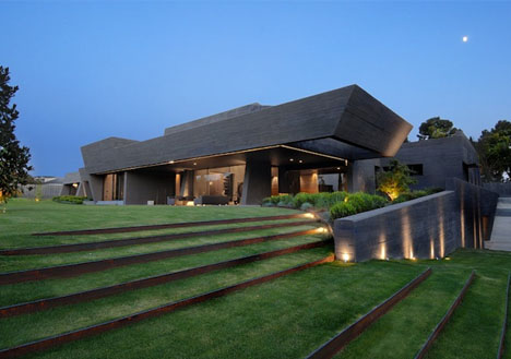 Cozy Mix: Heavy Concrete Home, Flowing Green Roof Forms