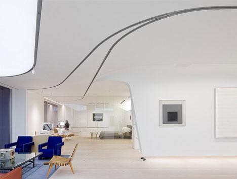 En blogg om inredning, arkitektur och design - Snygg takbelysning fångar ögat och framhäver konstverken tillsammans med bakgrundsbelysningen