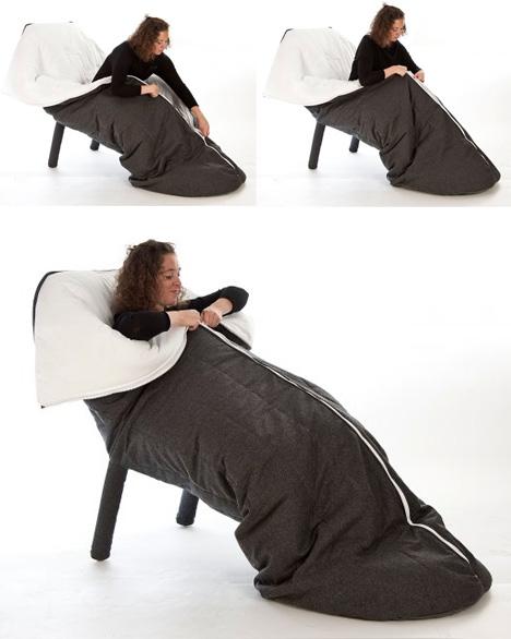 Sovsäck i en fåtölj. Ser mycket skönt och bekvämt ut