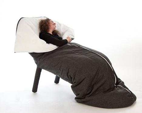sov sittandes i en sovsäck. Inredning design och arkitektur på heyhome