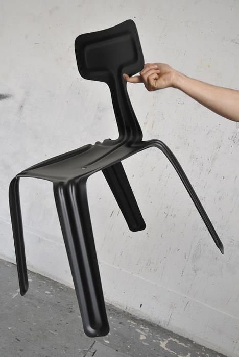 inred med en stol som är lätt som löv