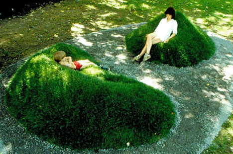 Diy sod sofas recline in real green grass lawn loungers for Mounding grass