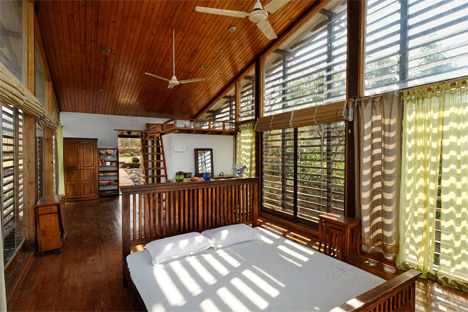 Graceful Glass + Winsome Wood = Serene Lake House