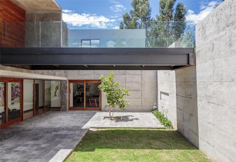 los chillos house walkway courtyard