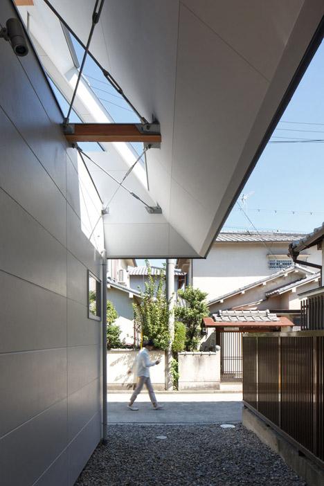 overhanging oversized roof houseaa