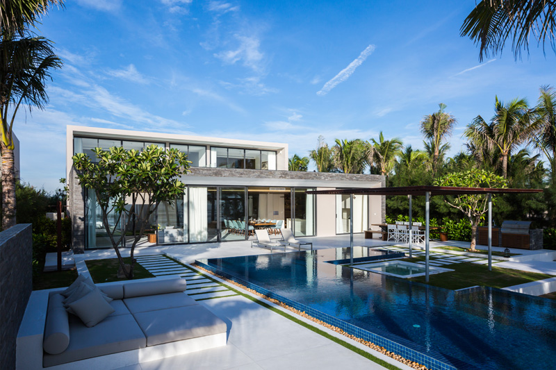 Party On Top: Modern Beach House Features Roof Recreation