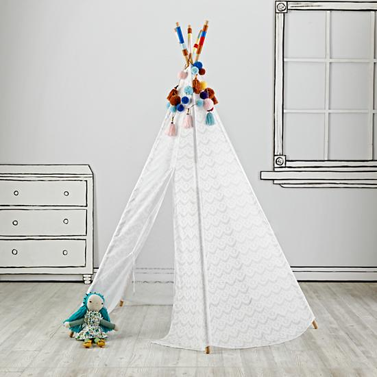 lace-teepee-with-garlands