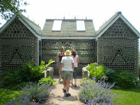 Visiteurs entrant 1e maison