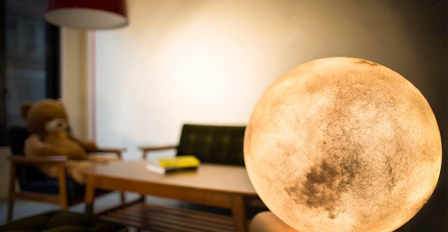 The Luna Lamp looks like the full moon