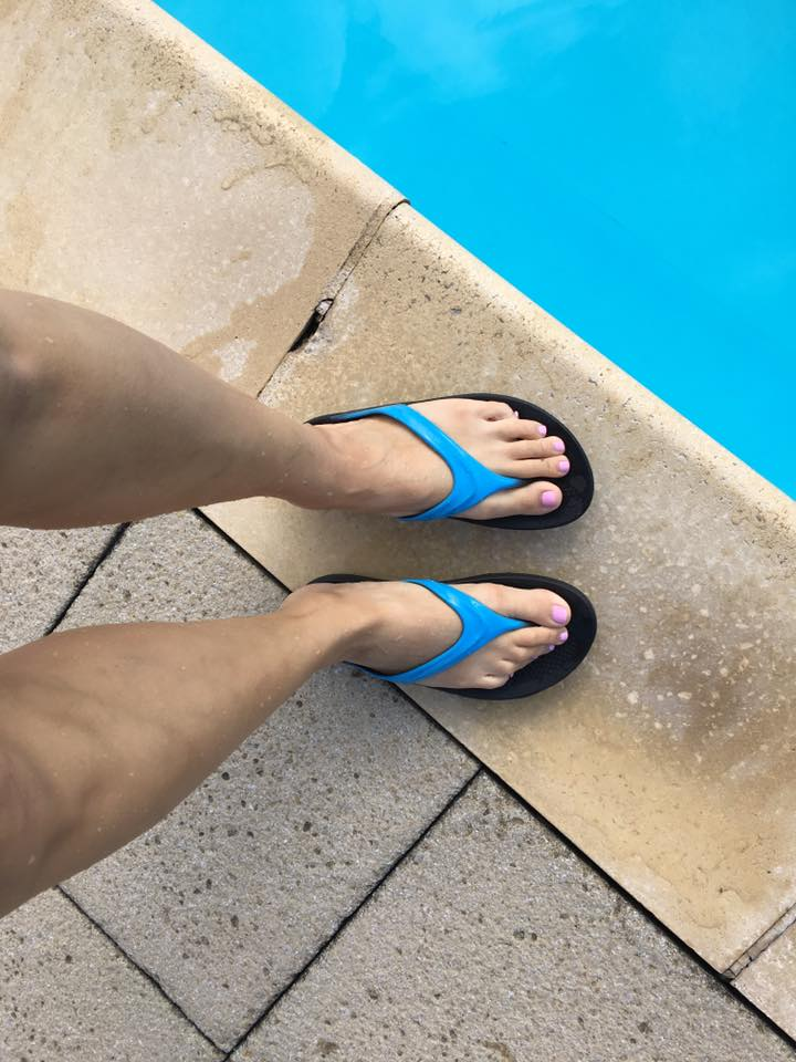 oofos pool sandals