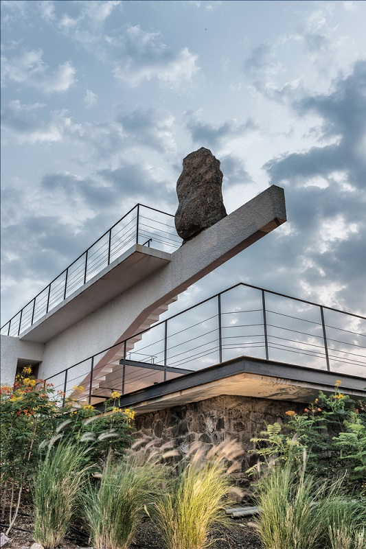 "Divisive ""House with the Soaring Rock"" has Design Fans on Edge"